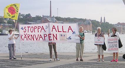 Agneta Norberg (till vänster) talar på Hiroshimadagen 2014