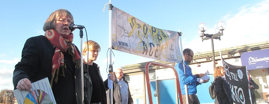 Agneta Norberg talar på en demonstration mot Arctic Challenge Exercise (ACE)
