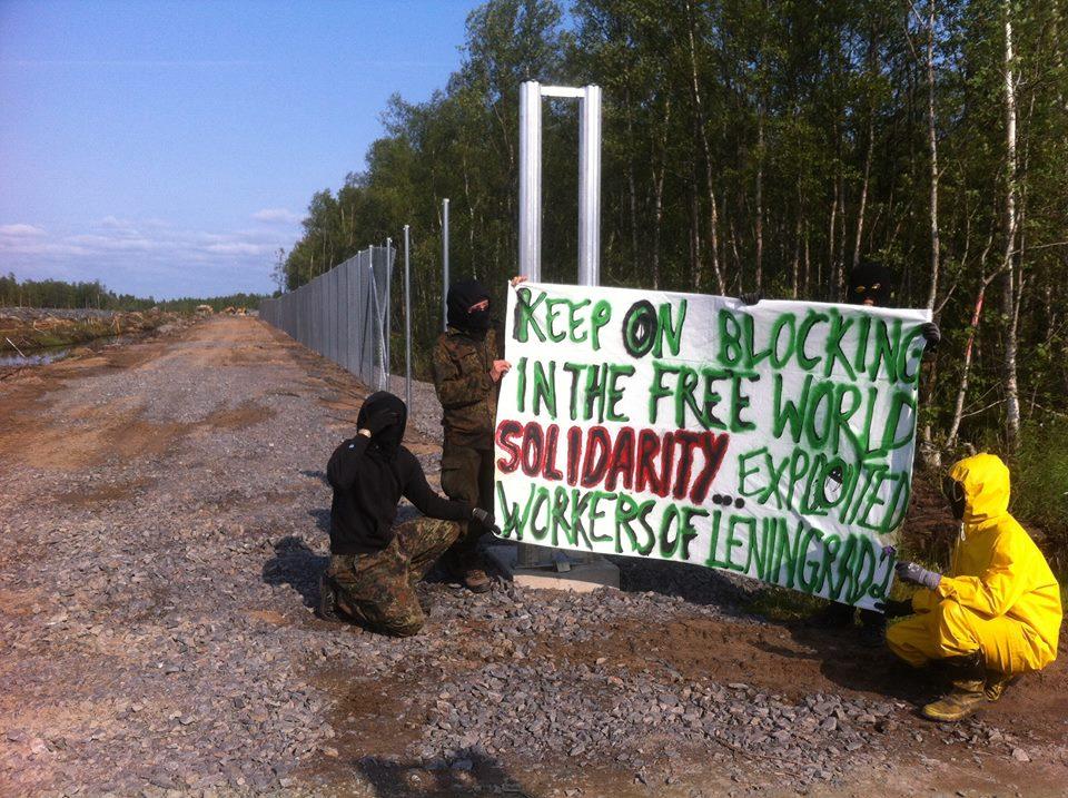 Protester vid stängslet på Hanhikiviudden. Foto: hyokyaalto.net