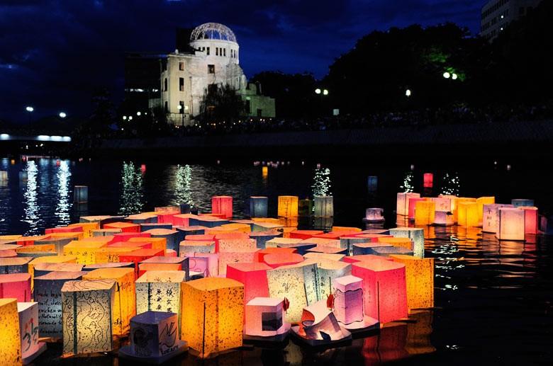 Papperslanternor till minne av fällandet av atombomben i Hiroshima 6 augusti.