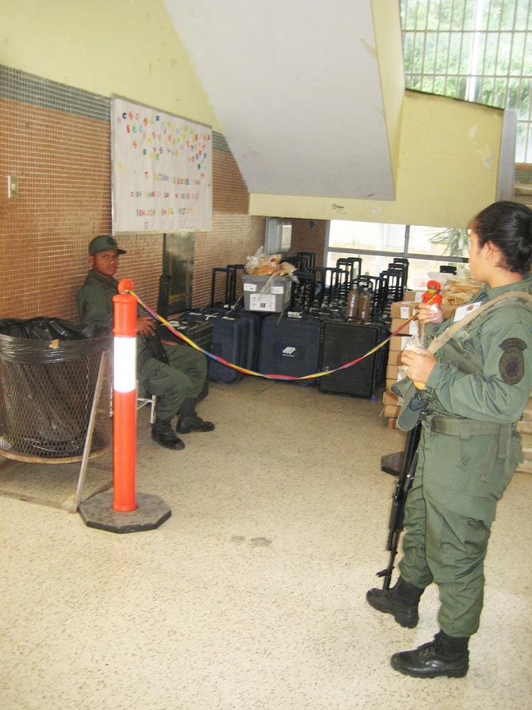 Militär vaktar valdatorerna