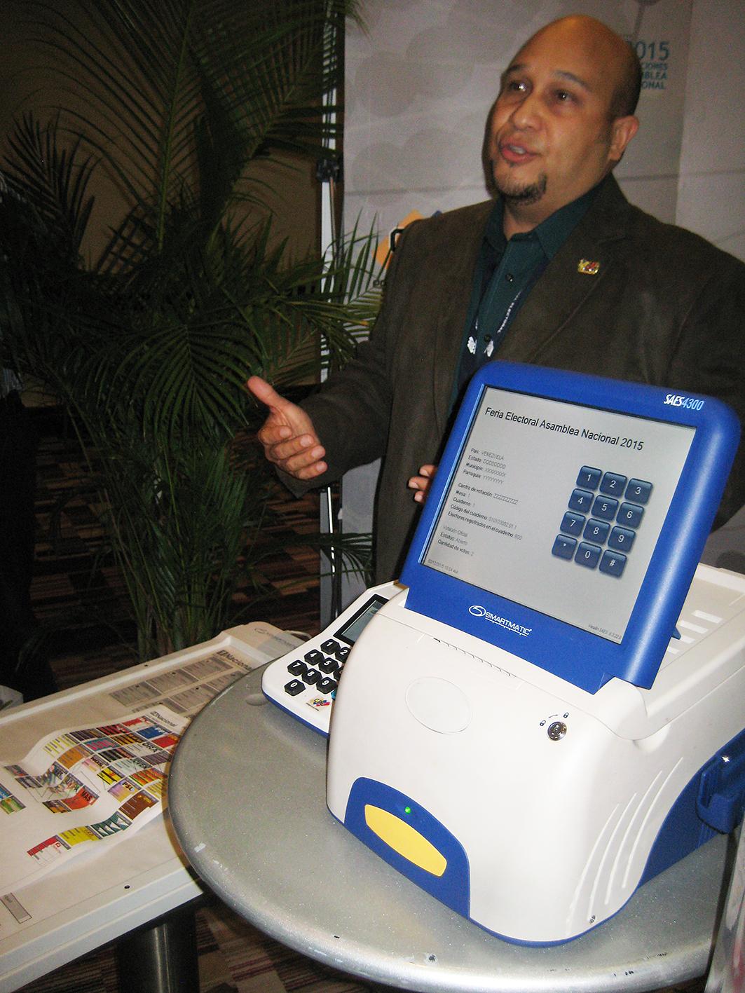 Valledsagarna får en utbildning i hur valautomaterna och valsystemet fungerar i Venezuela. Foto: Eva Björklund